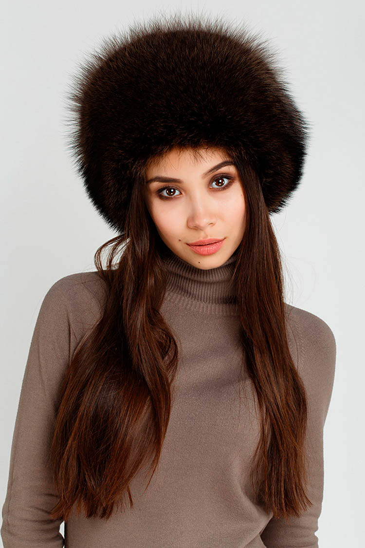 Шапка женская из енота коричневая, модель кубанка